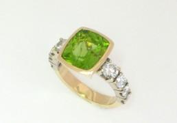 Geel en witgouden ring met cushion geslepen peridot en briliant geslepen diamanten